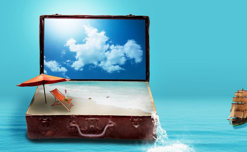 Imagem de uma praia, guarda-sol e cadeira de praia dentro de uma mala